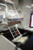 Tir en gros plan des labels fabriquant sur la machine d'impression de flexo Détail de photo des déchets de matrice ou d'enlèvemen image libre de droits