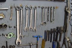 Tir en gros plan des outils en métal de fixation dans l'atelier de réparations Photo libre de droits