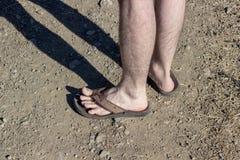 Tir en gros plan des pieds humains au sol image libre de droits