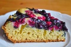 Tir en gros plan du morceau de gâteau savoureux avec les baies sauvages Image stock
