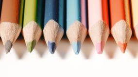 Tir en gros plan extrême de crayons en bois de couleur clips vidéos