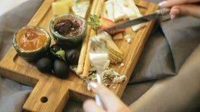 Tir en gros plan : plateau délicieux de fromage avec des sauces, des fruits et des baies clips vidéos