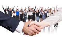 Tir en gros plan sur la poignée de main d'affaires au-dessus des gens d'affaires de fond de croud image stock