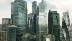 Tir en hausse aérien des gratte-ciel modernes dans le paysage urbain de Moscou, Russie clips vidéos
