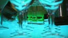 Tir et longues boissons d'alcool sur le bureau de barre au cocktail Photo stock