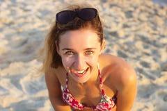 Tir extérieur de jeune femme de sourire dans le bikini se tenant sur l'être Image libre de droits