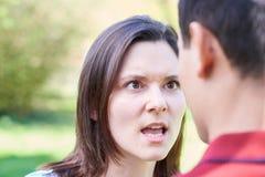 Tir extérieur de jeunes couples ayant l'argument photos stock