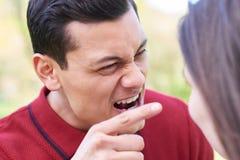Tir extérieur de jeunes couples ayant l'argument photographie stock