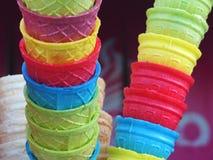 Tir extérieur de jour de cornets de crème glacée colorés sur la rue photos stock