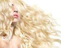 Tir fin d'un modèle avec la coiffure touffue images libres de droits