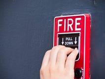Tir in giùare il segnalatore d'incendio di incendio immagine stock libera da diritti