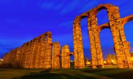 Tir grand-angulaire d'aqueduc romain antique dans la soirée Images libres de droits
