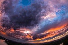 Tir grand-angulaire d'un beau coucher du soleil Image stock
