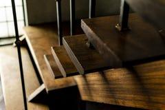Tir haut étroit d'un vieil escalier d'intérieur en bois de maison photo stock
