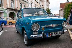 Tir haut étroit de Fiat 850 bleus au salon automobile local de vétéran photos libres de droits