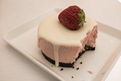Tir haut étroit de gâteau au fromage délicieux de fraise dans le plat sur la table blanche Le gâteau au fromage de fraise donne u images libres de droits