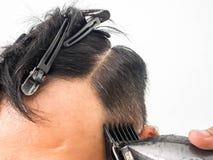 Tir haut étroit de l'homme obtenant la coupe de cheveux à la mode Client masculin de portion de styliste en coiffure, faisant la  image libre de droits