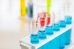Tir haut étroit de liquide bleu dans des tubes à essai images libres de droits