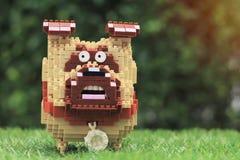 Tir haut étroit de puzzle de jouet de chien dans le jardin à la maison images stock