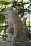 Tir haut ?troit de sculpture en lion de gardien au parc image stock
