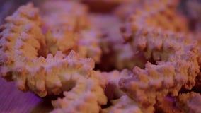 Tir haut étroit des biscuits de Noël dans la belle décoration clips vidéos