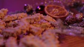 Tir haut étroit des biscuits de Noël dans la belle décoration banque de vidéos