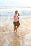 Tir heureux de femme sur la plage photographie stock libre de droits