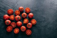 Tir horizontal des tomates rouges d'héritage sur le fond foncé avec l'espace de copie pour votre publicité Ingr?dients de salade  image libre de droits