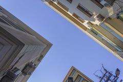 Tir inférieur de nouvelles silhouettes construites de bâtiment résidentiel de béton armé de rue étroite à Izmir chez la Turquie Photos libres de droits