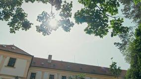 Tir 4K panoramique de cour de château de Mikulov en été, République Tchèque, l'Europe clips vidéos