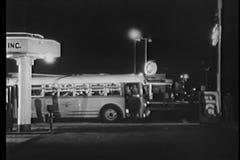 Tir large d'autobus d'embarquement de l'homme la nuit banque de vidéos