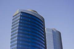 Tir large d'une paire de gratte-ciel de bureau bleu d'entreprise de jumeaux avec une conception rayée image stock