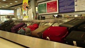 Tir large de bande de conveyeur de retrait des bagages à un aéroport international en Asie banque de vidéos
