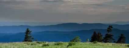 Tir large de randonneur croisant une montagne chauve images libres de droits