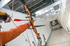 Tir masculin d'archer en concours de l'arc composé avec des flèches Photo stock