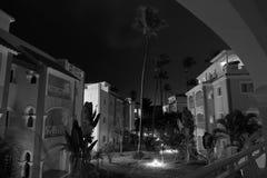 Tir monochrome de longue exposition de résidence dans la ville Bavaro en République Dominicaine dans la nuit orageuse photos libres de droits