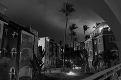 Tir monochrome de longue exposition de résidence dans la ville Bavaro en République Dominicaine dans la nuit orageuse avec des fo photographie stock