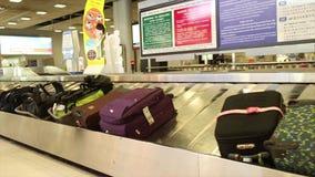 Tir moyen de bande de conveyeur de retrait des bagages à un aéroport international en Asie clips vidéos