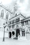 Tir noir et blanc de la basilique sainte de sang à la place i de Burg photo stock
