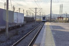 Tir ouvert de perspective de train de banlieue à la gare ferroviaire image stock