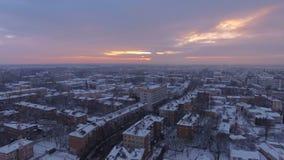 Tir panoramique aérien cinématographique se levant au-dessus de la petite ville au coucher du soleil clips vidéos