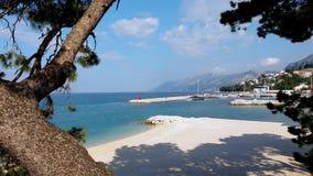 Tir panoramique de côte de Mer Adriatique avec la station touristique et de montagne sur le fond banque de vidéos