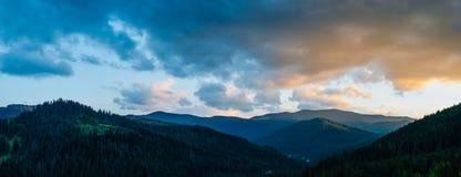Tir panoramique des montagnes carpathiennes le soir au coucher du soleil image libre de droits