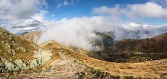 Tir panoramique parc national slovaque de Tatras d'automne de bas images stock