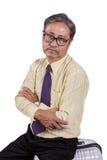 Tir principal de l'homme asiatique d'affaires s'asseyant sur l'esprit de déplacement de bagage Photos stock