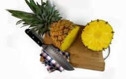 Tir a?rien d'un ananas coup? en tranches sur un hachoir images libres de droits