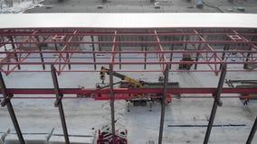 Tir a?rien Tir de l'air Dans le cadre des travailleurs sont les constructeurs, montent le toit de la production banque de vidéos