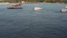 Tir a?rien de petite ville avec le port sur l'?le tropicale, de coucher du soleil avec des bateaux et d'oc?an ? la petite ville a banque de vidéos