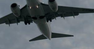Tir a?rien stup?fiant de l'atterrissage d'avion d'avion de passagers clips vidéos