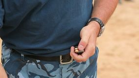 Tir s'exerçant d'une arme à feu au site clips vidéos
